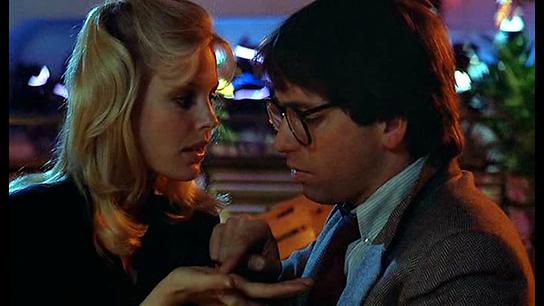 Dolores (Stratten) e Charles (Ritter) in ...e tutti risero (1981)